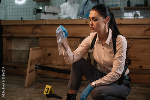 concentarted female detective collecting evidence at crime scene Fototapet