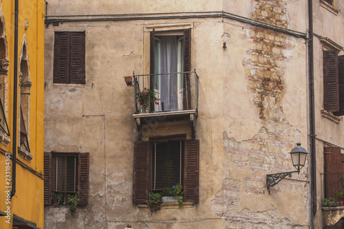 Foto  Beautiful historic and ancient facade in the streets of Verona, Italy