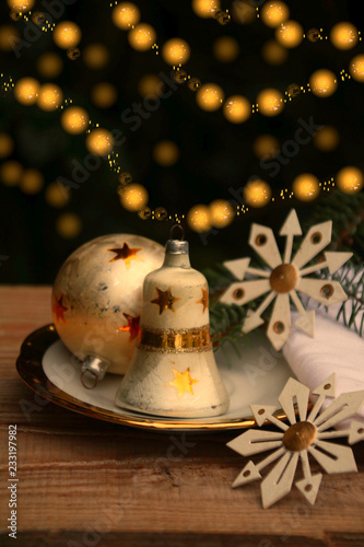 Fotografie, Obraz  weihnachtsglocke weihnachtskugel und teller nostalgie