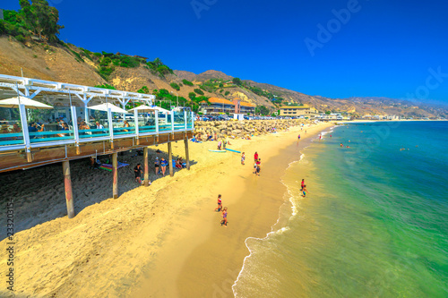 Staande foto Amerikaanse Plekken Malibu, California, United States - August 7, 2018: scenic coastal landscape with Santa Monica Mountains, Malibu Farm and turquoise sea of popular Carbon Beach or Billionaire Beach for houses of VIP.