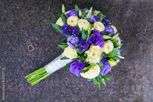 In de dag Tuin bridal bouquet of purple and beige colors and wedding rings