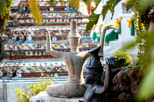 Foto  Sculpture in a Buddhist temple in Bangkok Thailand, culture and history of South