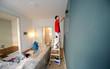 canvas print picture - Professionelle Malerarbeiten in einer Altbauwohnung von einem Malergesellen.