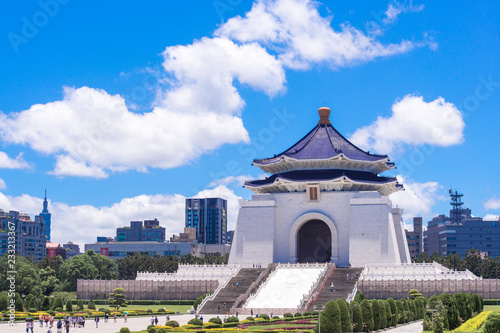 Fototapeta premium Doskonała wyprostowana pozycja w National Chiang Kai-shek Memorial (Hall Freedom Square), Taipei, Tajwan