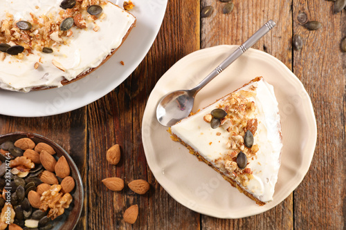 Photo  carrot cake with nuts