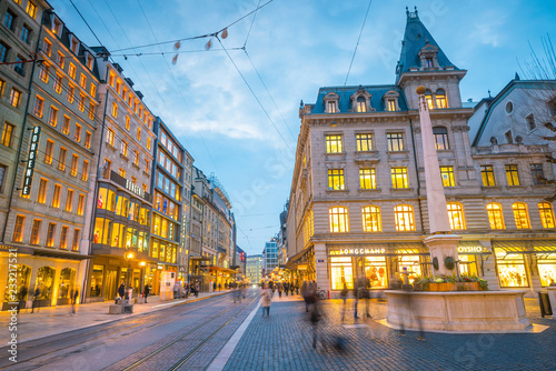 Photo Old town Geneva city at night in Switzerland