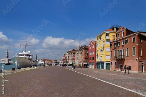 Fotografía  El colorido y pintoresco puerto de Venecia Italia