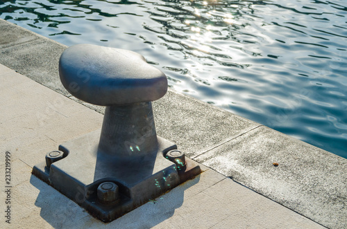 Fotografía  Large metal bollard in the port for mooring ships, yachts and sailing ships