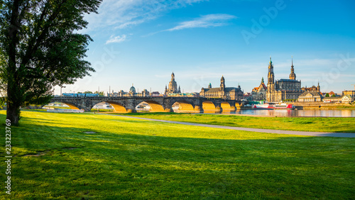 Fotografía  The embankment of ancient Dresden city on the Elbe river.