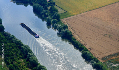 Fotografia Rosny sur Seine, France - july 7 2017 : aerial photography of a barge on the Sei