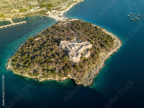Photo Aerial view of Porto Palermo Castle on island with beautiful Mediterranean water