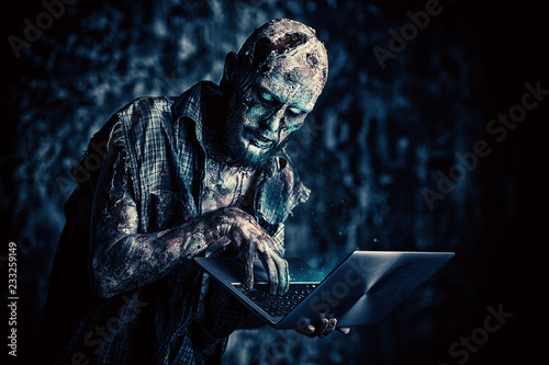 Canvastavla using laptop in darkness