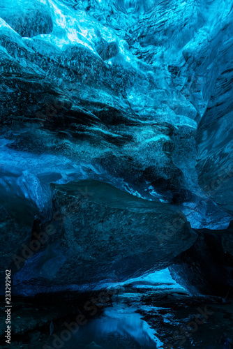 Papiers peints Arctique Ice Caves or Crystal Caves in Icelandic glaciers are a truly mesmerizing wonder of nature. The blue-glazed glacier blows away and creates amazing caves. Running water and black sand...