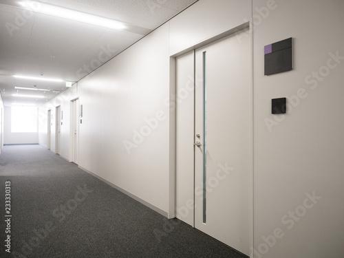 ビルの廊下 Fotobehang