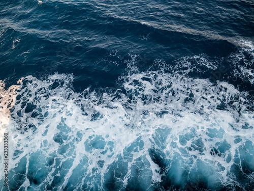 Stickers pour porte Wake on blue sea surface