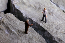 岩の亀裂が広がるビジ...