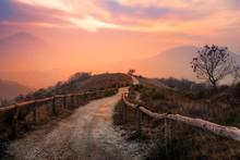 Sentiero Al Tramonto Sui Colli...