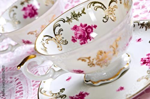 Fotografia Antique porcelain tea cups on lace with shallow depth of field