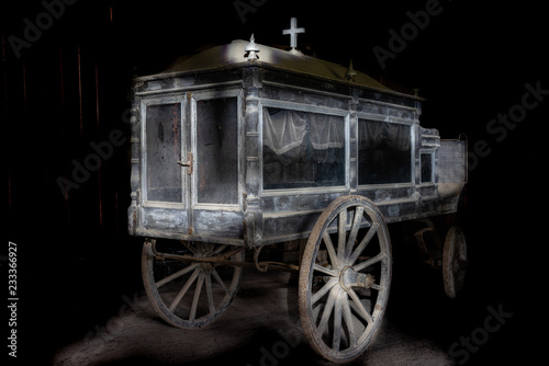 Photo Old and dusty wooden hearse carriage from the 19th century