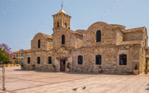 Photo LARNACA, CYPRUS - april 18, 2017 : Pigeons outside of the 9th century Greek Orthodox Church of Ayios Lazarus in Larnaca, southern Cyprus
