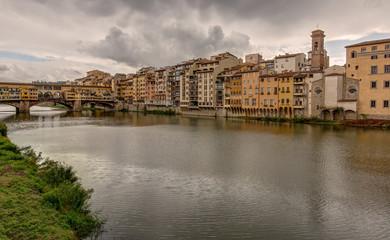 Fototapeta na wymiar Le long de la riviere Arno a Florence en Toscane - Italie