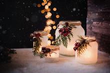 Weihnachtliche Dekoration - Frostige Windlichter Und Laternen In Rustikalem Ambieten Mit Festlichem Lichterbokeh