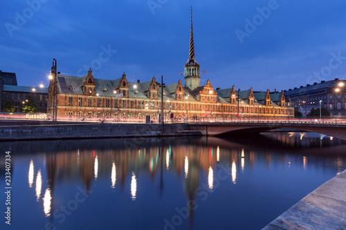 Foto op Aluminium Europese Plekken The Old Stock Exchange Boersen wirh its mirror reflection in canal at night, Copenhagen, capital of Denmark