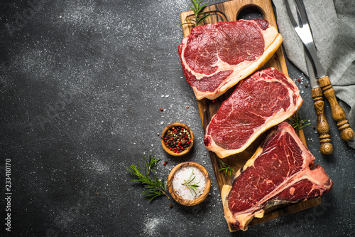 Poster Vlees Raw meat beef steak on black top view.