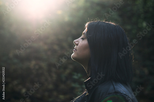 Photo Girl with closed eyes kissed by the sunlight