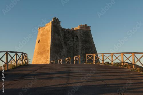 Torre de Mesa Roldán, bañada por los primeros rayos de sol