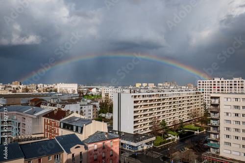Obraz na plátně  Arc en ciel complet, après l'orage, ciel bouché, au dessus de Saint-Denis 93, ba