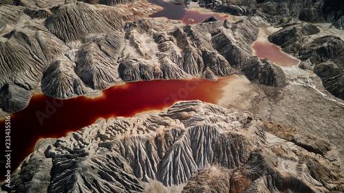 Fantastyczna ziemia z czerwoną rzeką przy widok z lotu ptaka. Fantastyczny widok. Marsjański krajobraz.
