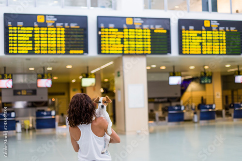Fotografía  traveler woman and her dog at the airport
