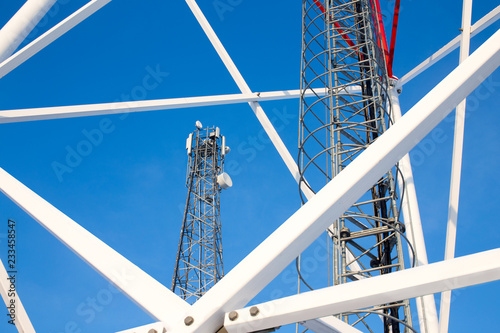 Foto metal structures of cell tower against a blue sky