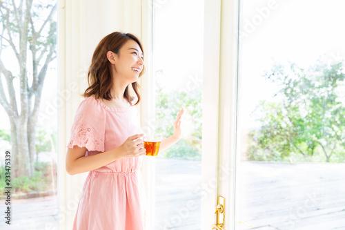 Fotografie, Obraz  部屋でお茶を飲む女性