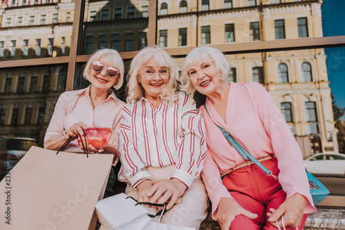 Photo  Waist up portrait of three adult beautiful women spending free time together whi
