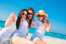 Tres Mujeres Muy Sexys Con Camiseta Blanca Saltando Y Disfrutando Un Día De Verano.