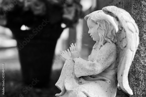 Fotografía Black and white image of an angel statue in a cemetery.