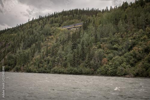 Poster Donkergrijs River in Alaska