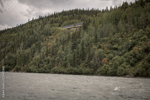 Tuinposter Donkergrijs River in Alaska