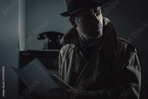 Fotografia Undercover spy stealing files