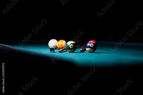 Fotografia billiard table with cue and balls. billiard background