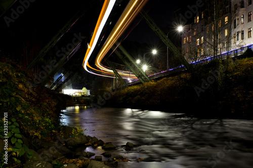 Wuppertaler Schwebebahn bei Nacht