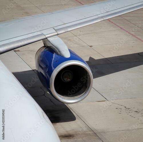 Flugzeugdetails, Flughafen, Triebwerke, Follow me Auto, Startbahn, Gangway