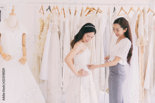 Asia Woman Trying On Wedding Dress In A Shop Acheter Cette