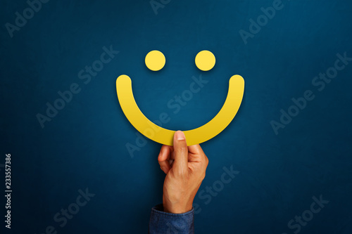 Fotografia Hand of client show a feedback with smiley face sign