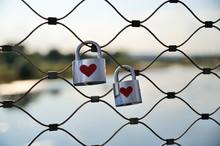 2 Schlösser Mit Herzen An Brückengeländer, Liebesschloss