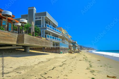 Fototapeta premium Zachodnie wybrzeże Kalifornii. Domy na plaży w Malibu na popularnej plaży Carbon Beach, zwanej także Billionaire Beach dla wielu domów znanych ludzi. Krajobraz linii brzegowej Malibu w słoneczny dzień lata.
