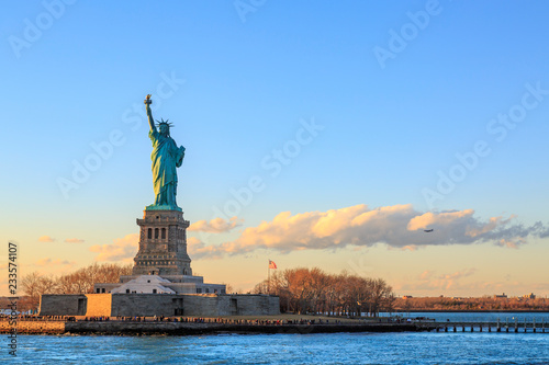 Fotomural Statue of liberty horizontal during sunset in New York City, NY, USA