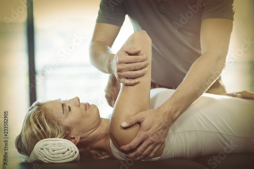 Carta da parati  Woman receiving shoulder therapy from physiotherapist
